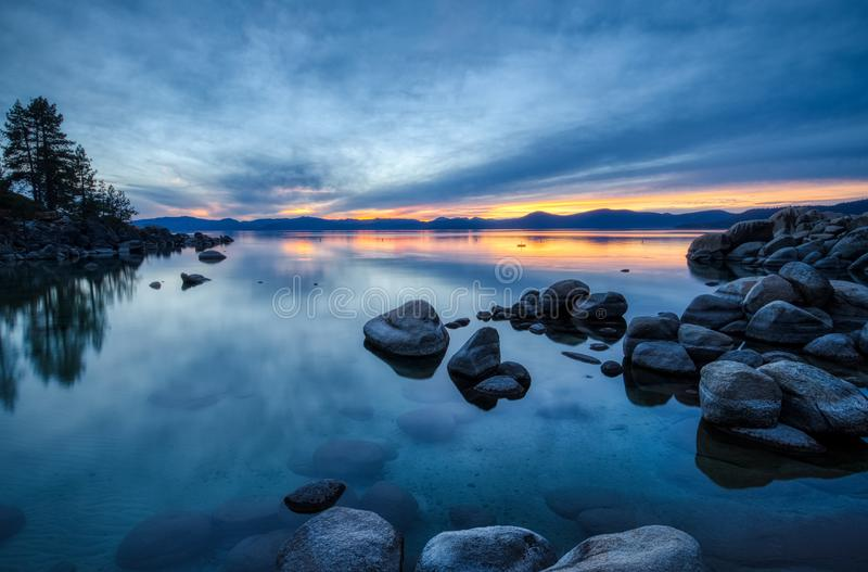 Färgrik solnedgång på sandhamnen arkivfoton