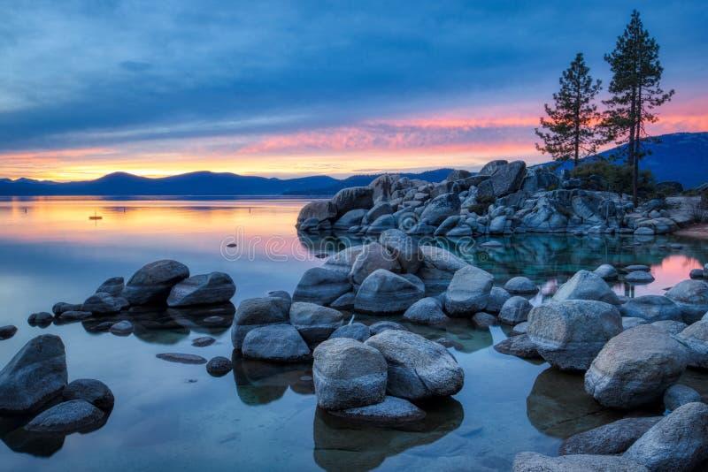 Färgrik solnedgång på sandhamnen royaltyfri bild