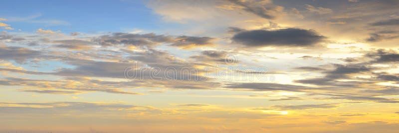 Färgrik solnedgånghimmel med moln i skymningtid royaltyfri bild