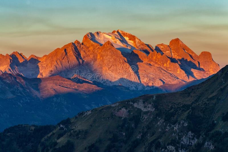 Färgrik soluppgång över Marmolada, det högsta berget i dolomitesna royaltyfri foto