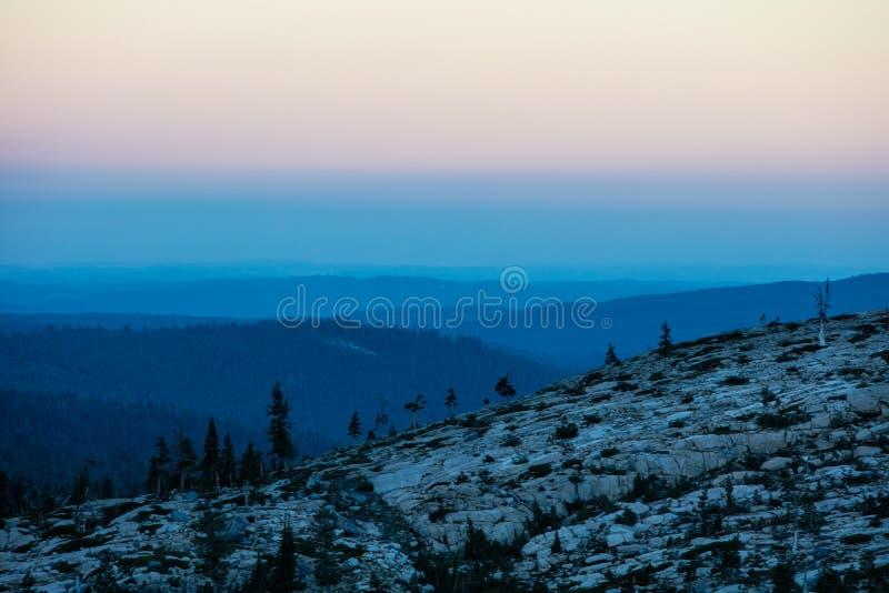 Färgrik soluppgång i toppiga bergskedjan Nevada Mountains, Kalifornien arkivbilder