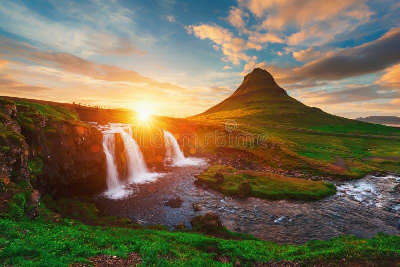 Färgrik soluppgång på den Kirkjufellsfoss vattenfallet arkivfoton