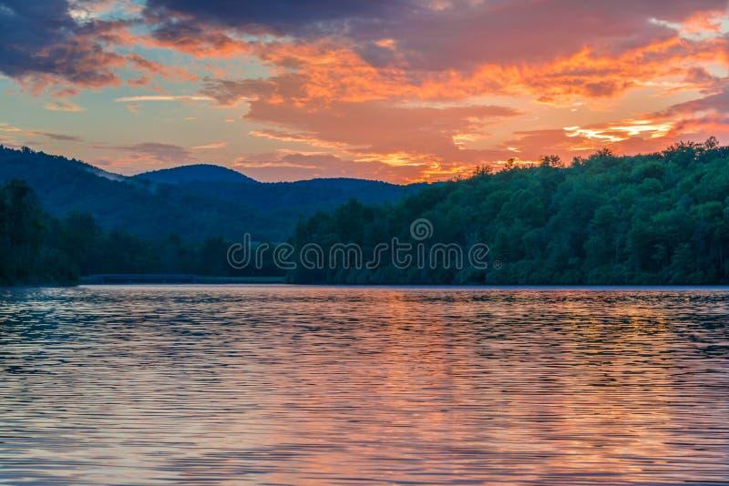 Färgrik soluppgång på Julian Price Lake royaltyfria bilder