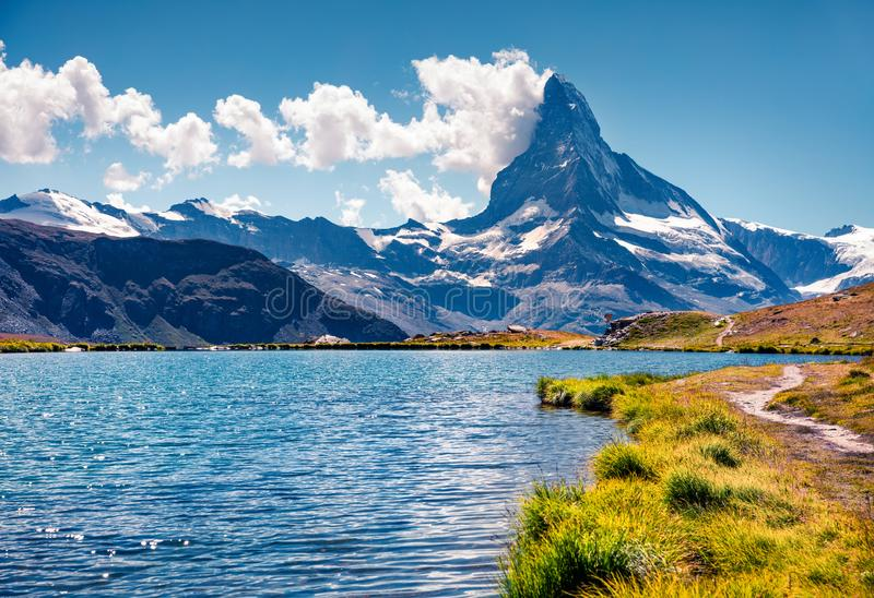 Färgrik sommarsikt av Stellisee sjön arkivfoto