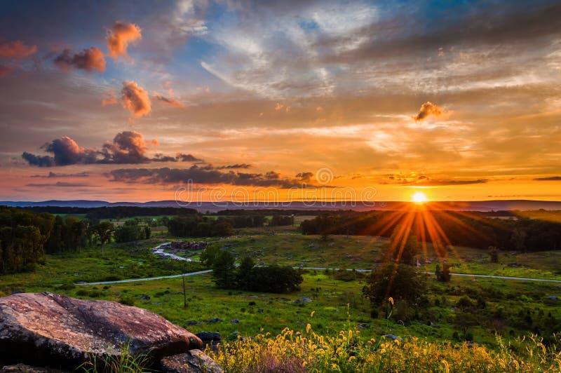 Färgrik sommarsolnedgång från lilla Roundtop i Gettysburg royaltyfri bild