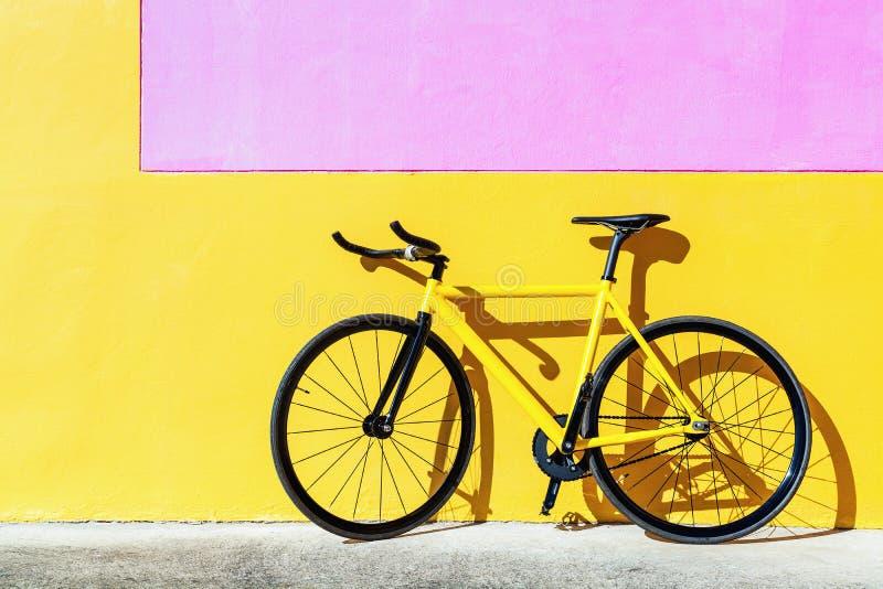 Färgrik spårcykel, fast kugghjulcykel arkivbilder