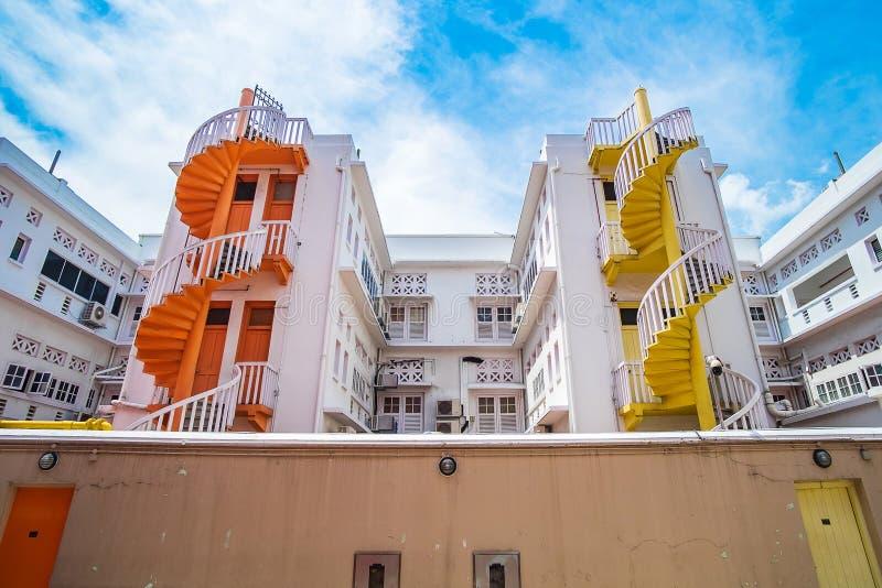 Färgrik spiral trappa av den Singapore lägenheten, gränsmärket och populärt för turist- dragningar i Bugis, Singapore royaltyfri foto