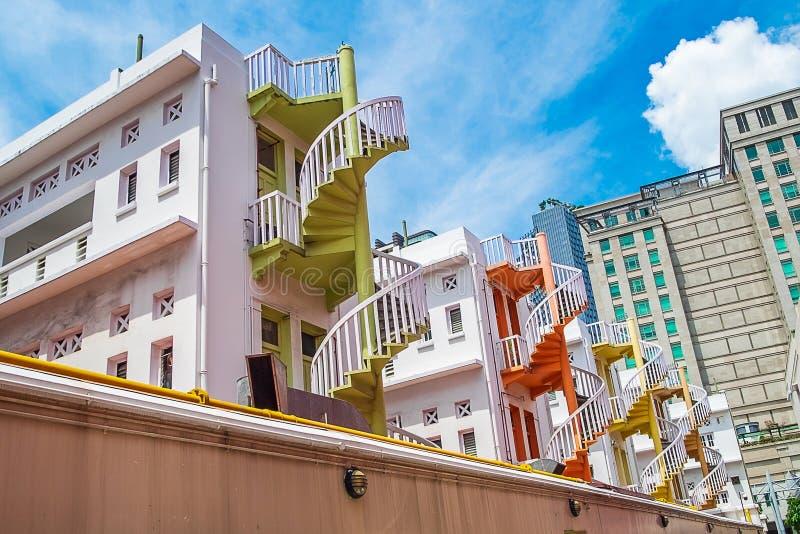 Färgrik spiral trappa av den Singapore lägenheten, gränsmärket och populärt för turist- dragningar i Bugis, Singapore arkivfoton
