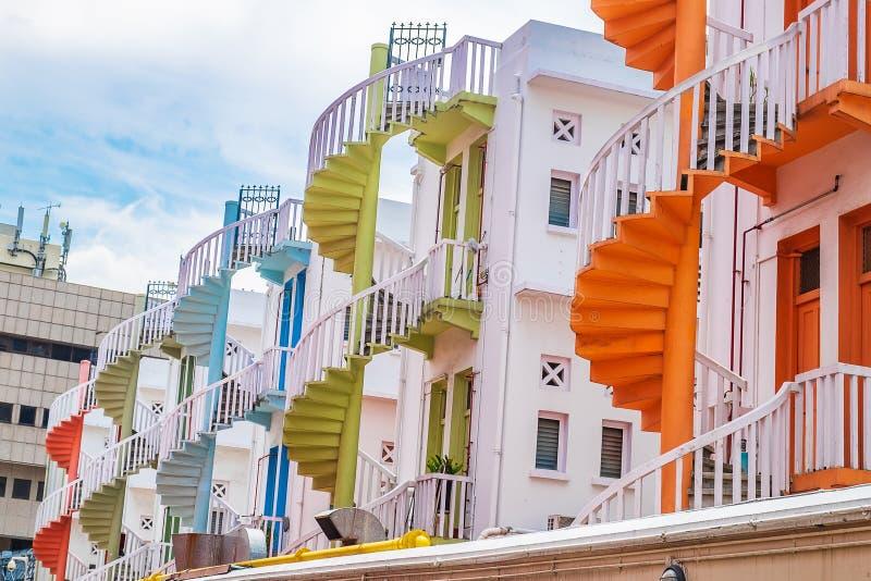 Färgrik spiral trappa av den Singapore lägenheten, gränsmärket och populärt för turist- dragningar i Bugis, Singapore arkivbilder