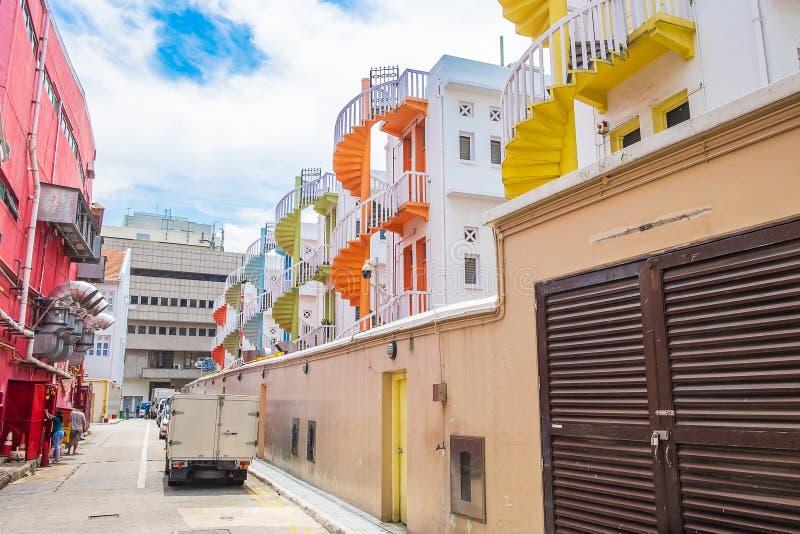 Färgrik spiral trappa av den Singapore lägenheten, gränsmärket och populärt för turist- dragningar i Bugis, Singapore royaltyfria bilder