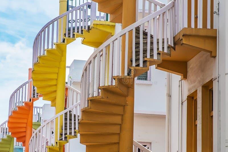 Färgrik spiral trappa av den Singapore lägenheten, gränsmärket och populärt för turist- dragningar i Bugis, Singapore royaltyfri fotografi