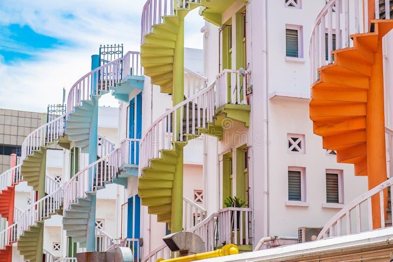 Färgrik spiral trappa av den Singapore lägenheten, gränsmärket och populärt för turist- dragningar i Bugis, Singapore fotografering för bildbyråer