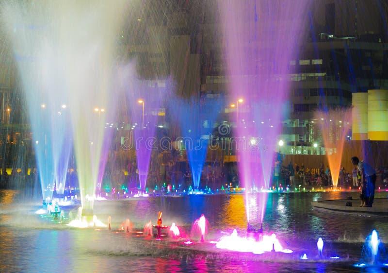 Färgrik springbrunn i natten royaltyfri bild