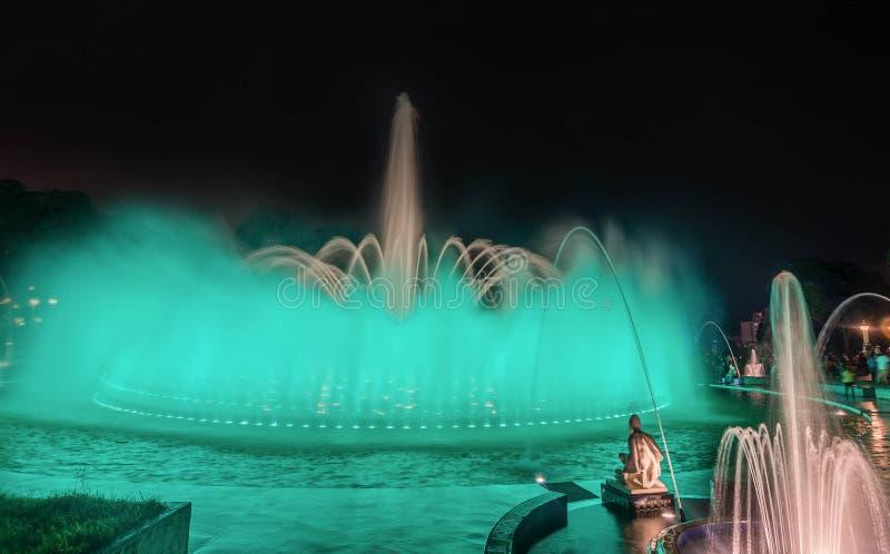 Färgrik springbrunn på natten i parkera av reserven i Lima, P arkivbilder