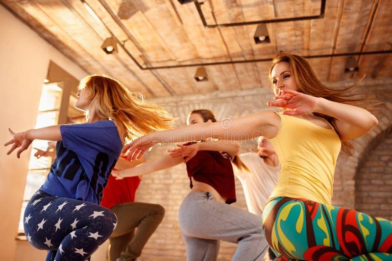 Färgrik stads- dansgrupp arkivfoton
