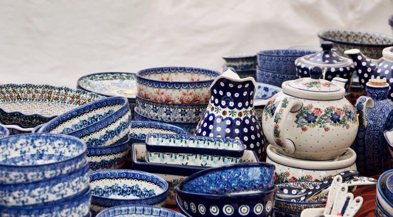 Färgrik staplad krukmakeri som är främst av vit bakgrund royaltyfria foton