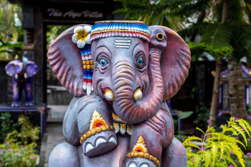 Färgrik stenelefantstaty på en tropisk Bali ö, Indonesien royaltyfri bild