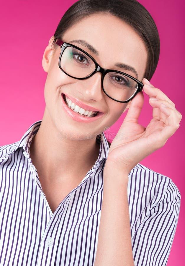 Färgrik studiocloseupstående av härliga hållande exponeringsglas för ung kvinna royaltyfri fotografi