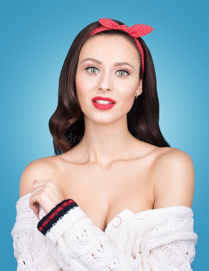 Färgrik studioskönhetstående av den härliga unga kvinnan som isoleras på en blå bakgrund arkivfoton