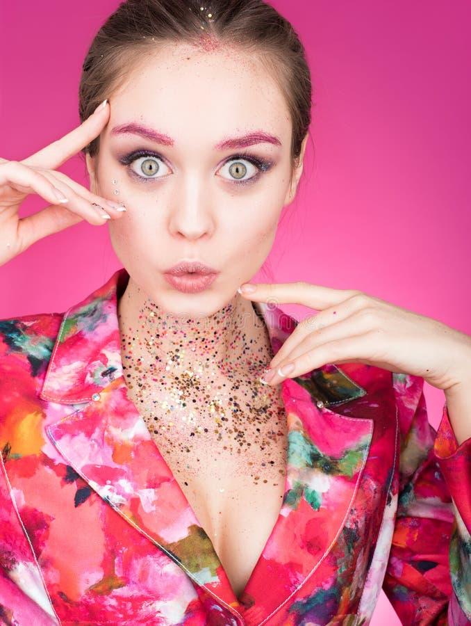Färgrik studiostående av en härlig ung kvinna med öppna ögon vitt arkivfoton