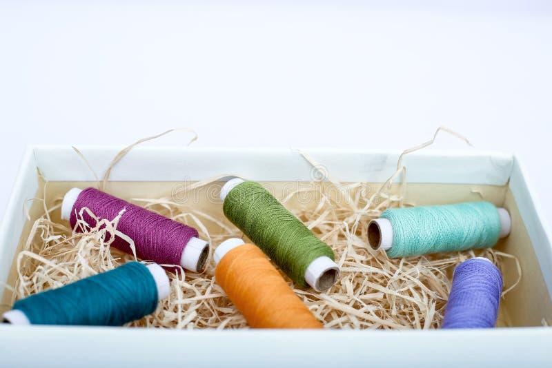 Färgrik sy tråd i asken fotografering för bildbyråer