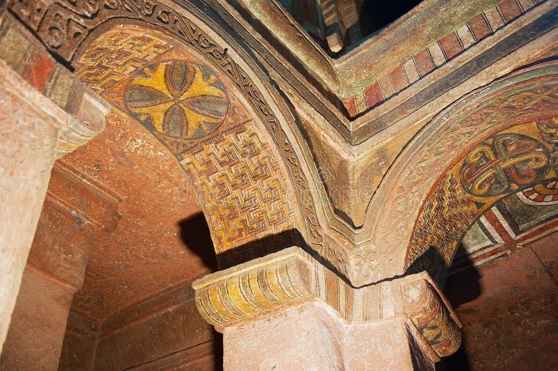 Färgrik takgarnering inom denhögg ut kyrkan i Lalibela, Etiopien royaltyfri foto