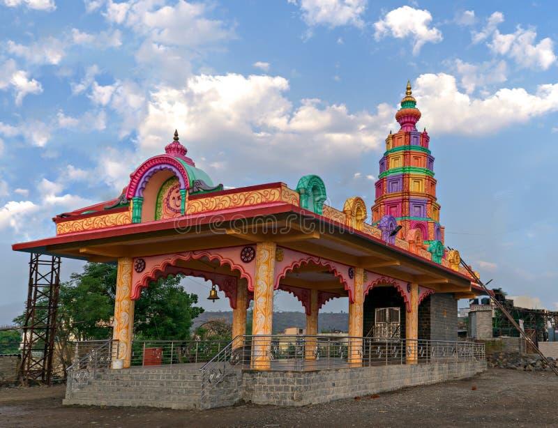 Färgrik tempel i byn arkivbild
