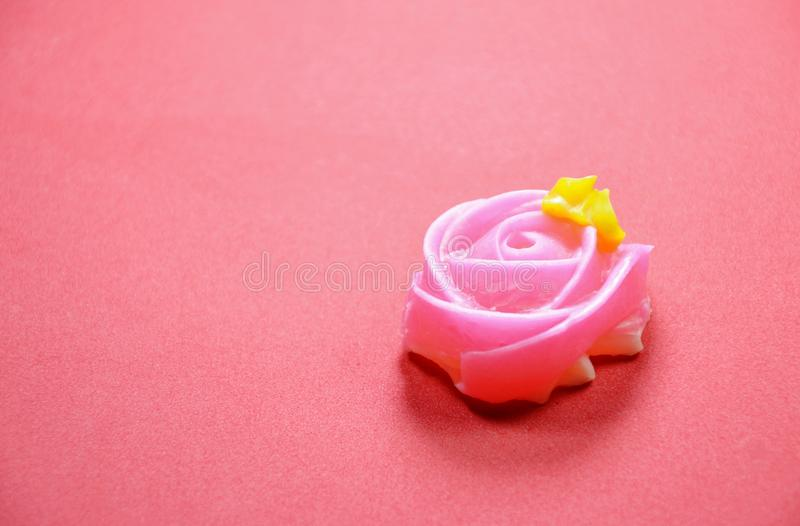 Färgrik thailändsk godis för tjusning med rosform på röd bakgrund royaltyfria foton