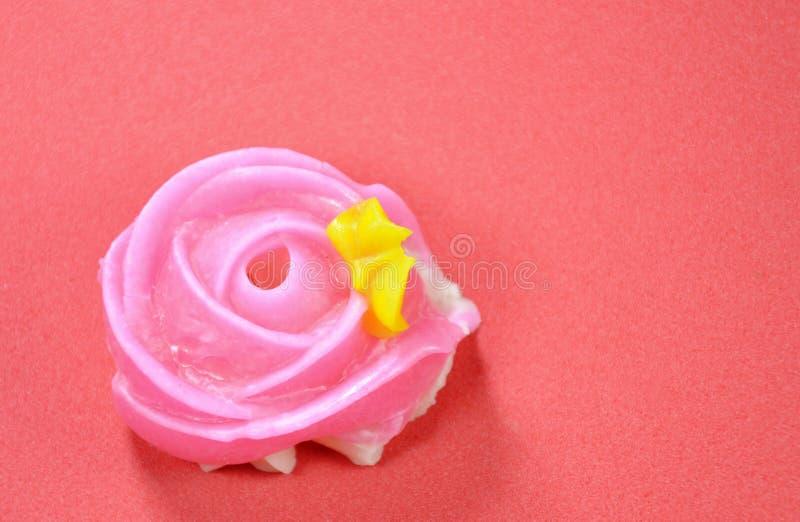 Färgrik thailändsk godis för tjusning med rosform på röd bakgrund royaltyfria bilder