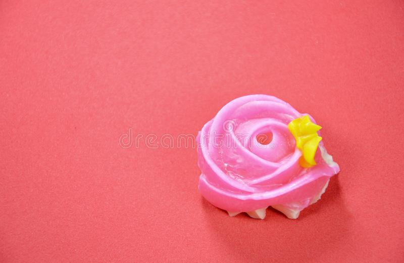 Färgrik thailändsk godis för tjusning med rosform på röd bakgrund arkivfoton