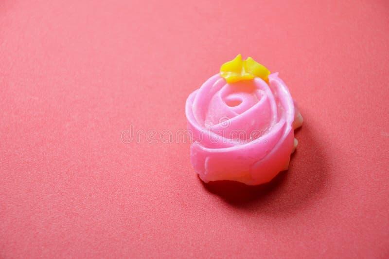 Färgrik thailändsk godis för tjusning med rosform på röd bakgrund royaltyfri fotografi