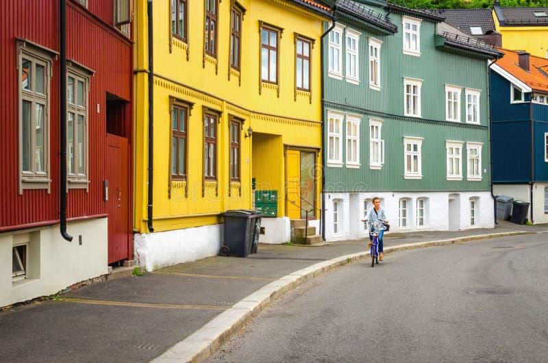 Färgrik träarkitektur och turist på cykeln arkivfoton
