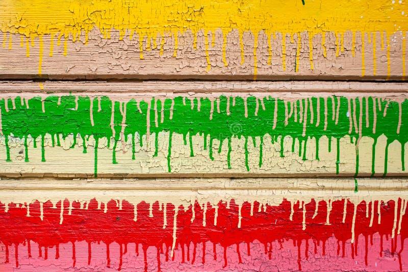 Färgrik träbakgrund av skalning av sprucken yttersida o royaltyfri foto