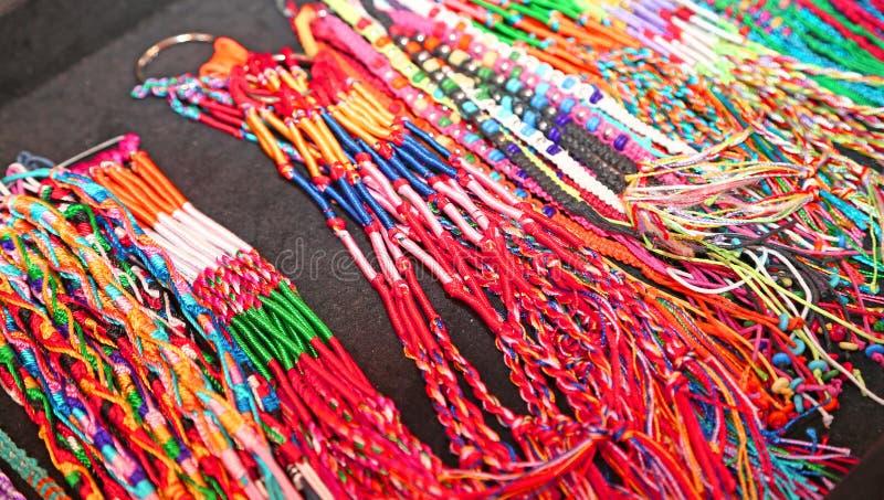Färgrik tråd för halsband som produceras av en hantverkare arkivfoton