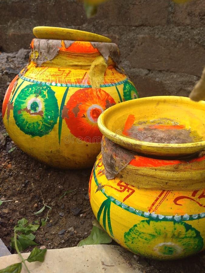 Färgrik traditionell vattenkruka med gul färg royaltyfri bild