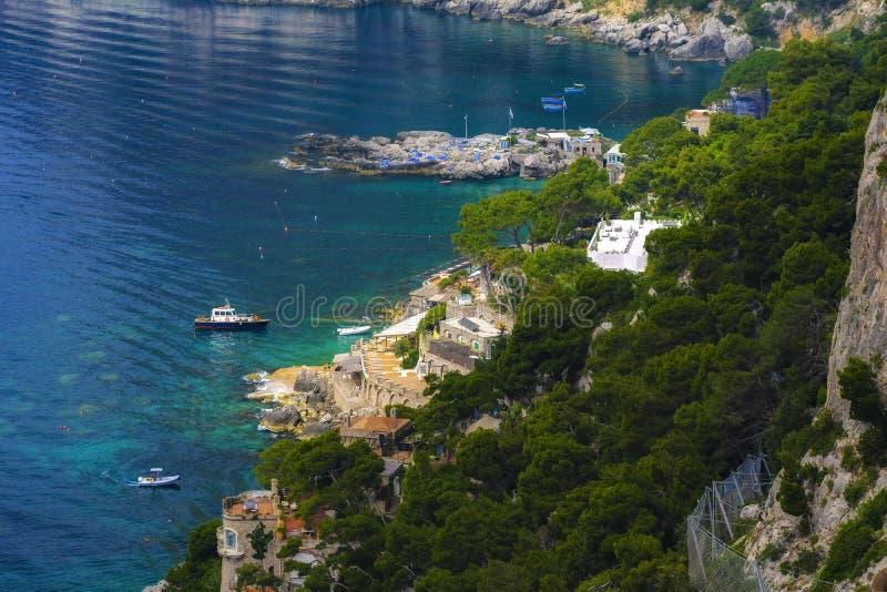 Färgrik tropisk ö, hav och yachter arkivfoto