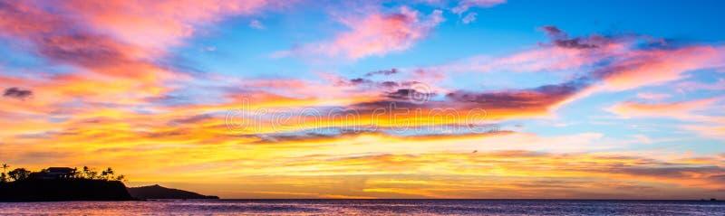 Färgrik tropisk solnedgång på Stilla havet i Costa Rica royaltyfri foto