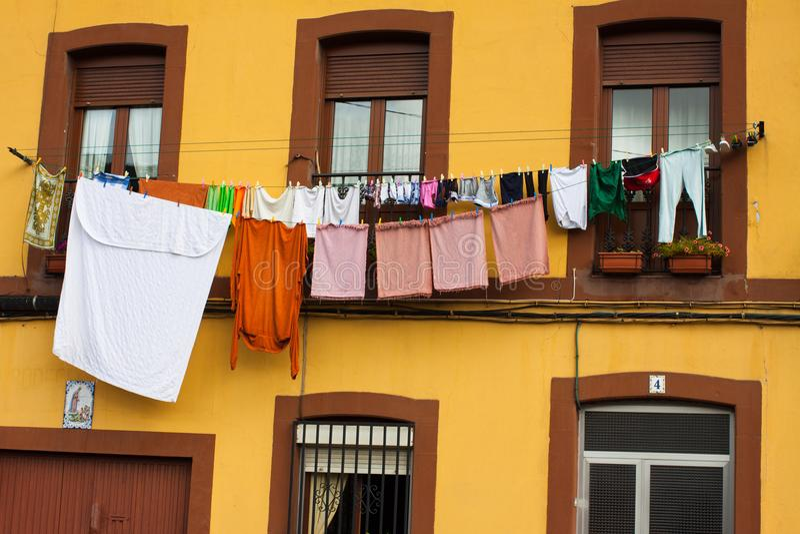 Färgrik tvätteri som hänger på en kläderlinje grensle arkivbilder
