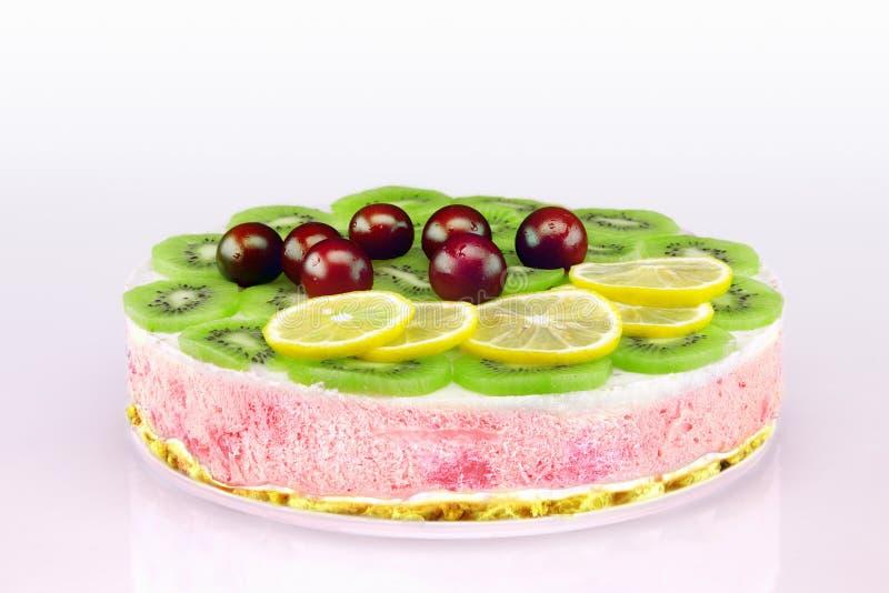 Färgrik unbaked hemlagad fruktkaka med kräm och söt cherri arkivbilder