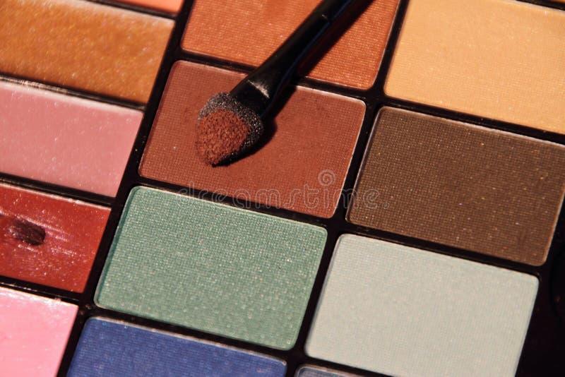 Färgrik uppsättning för skönhetsmedel för ögonskuggor royaltyfri fotografi