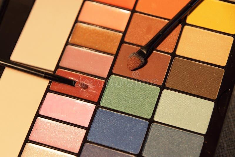 Färgrik uppsättning för skönhetsmedel för ögonskuggor arkivbild