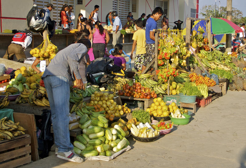 Färgrik utomhus- fruktmarknad, Colombia royaltyfria bilder