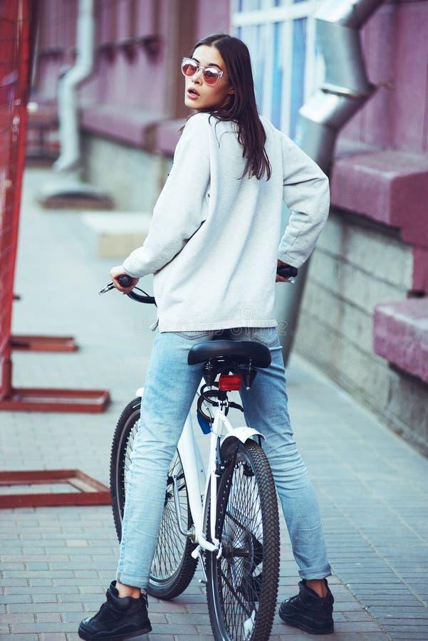 Färgrik utomhus- stående av ungt nätt mode fotografering för bildbyråer