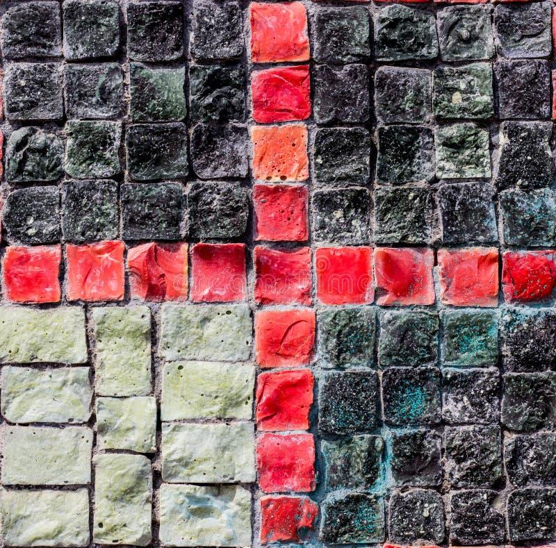 Färgrik vägg med mörker och färgad stenbakgrund för design arkivfoto