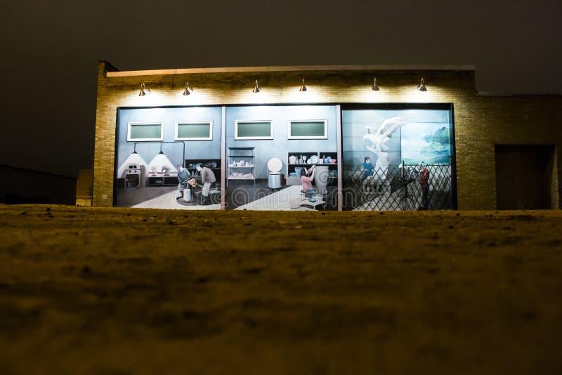 Färgrik väggmålning på sidan av en byggnad arkivbild