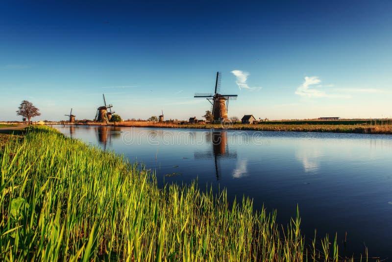 Färgrik vårdag med den traditionella holländska väderkvarnkanalen i Ro royaltyfri bild