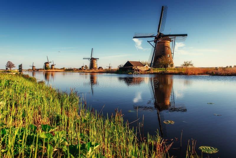Färgrik vårdag med den traditionella holländska väderkvarnkanalen i Ro arkivfoton