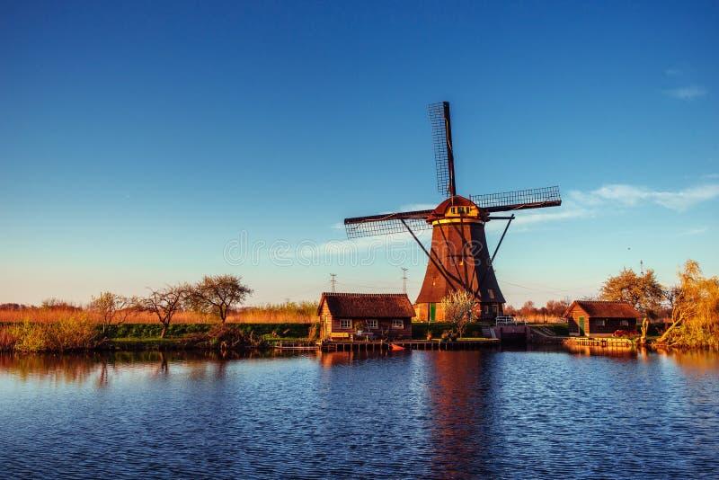 Färgrik vårdag med den traditionella holländska väderkvarnkanalen i Ro royaltyfri fotografi