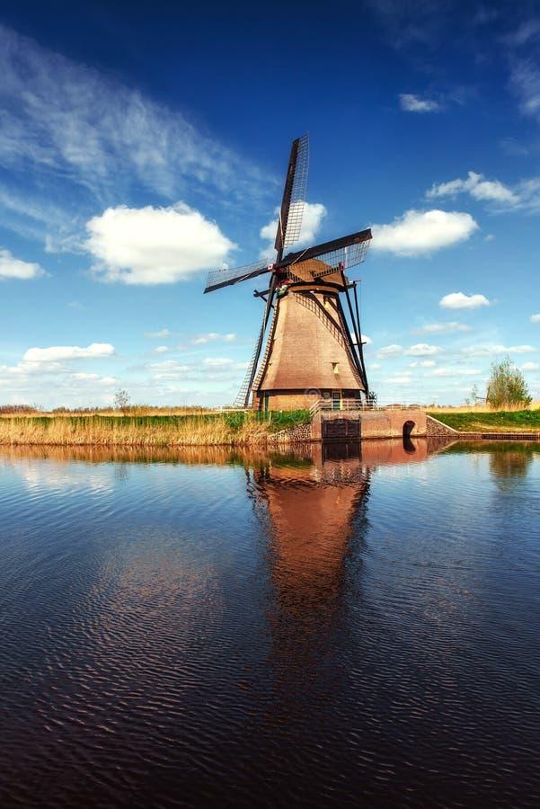 Färgrik vårdag med den traditionella holländska väderkvarnkanalen i Ro arkivfoto