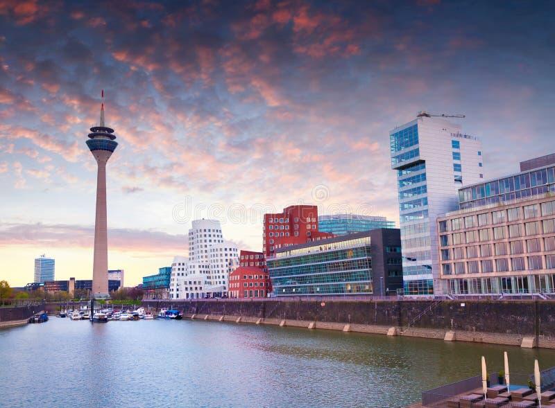 Färgrik vårsolnedgång av den Rhein floden på natten i Dusseldorf royaltyfria bilder